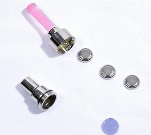 Lâmpada Led Válvula Pneu utiliza 3 baterias do tipo AG10 que acompanham o Produto